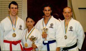 Våra svenska mästare fr v: Dan Langelotz (kumite -70), Anna Hellström (kata) och Georgios Laine (kata). T h Jacob Kinnemar från Gojukai Eskilstuna (silver i kata).